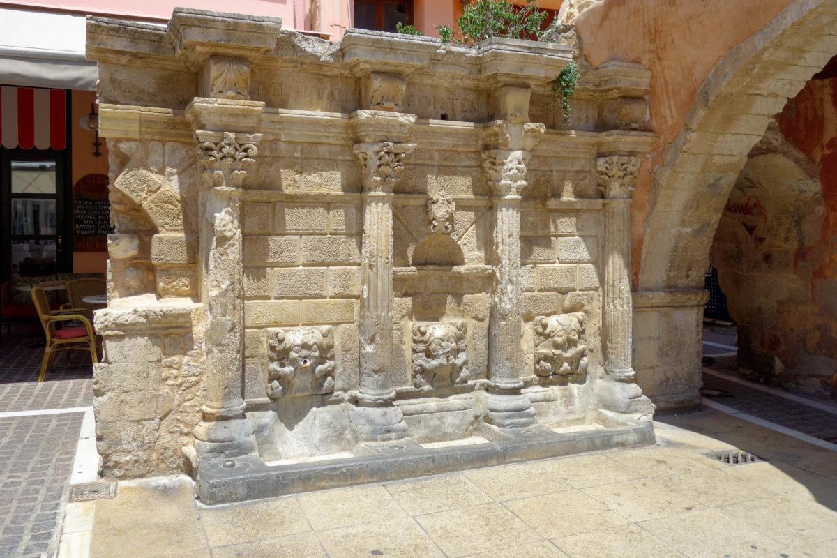 Am Platia Petichaki in Rethymnon auf Kreta, Griechenland, befindet sich der hübsche Rimondi-Brunnen aus dem Jahr 1629 - © FRASHO / franks-travelbox