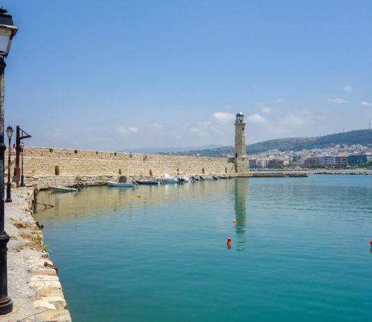 Über die wunderbar renovierte Venezianische Loggia gelangt man in den fast kreisrunden Venezianischen Hafen von Rethymnon, Griechenland - © FRASHO / franks-travelbox