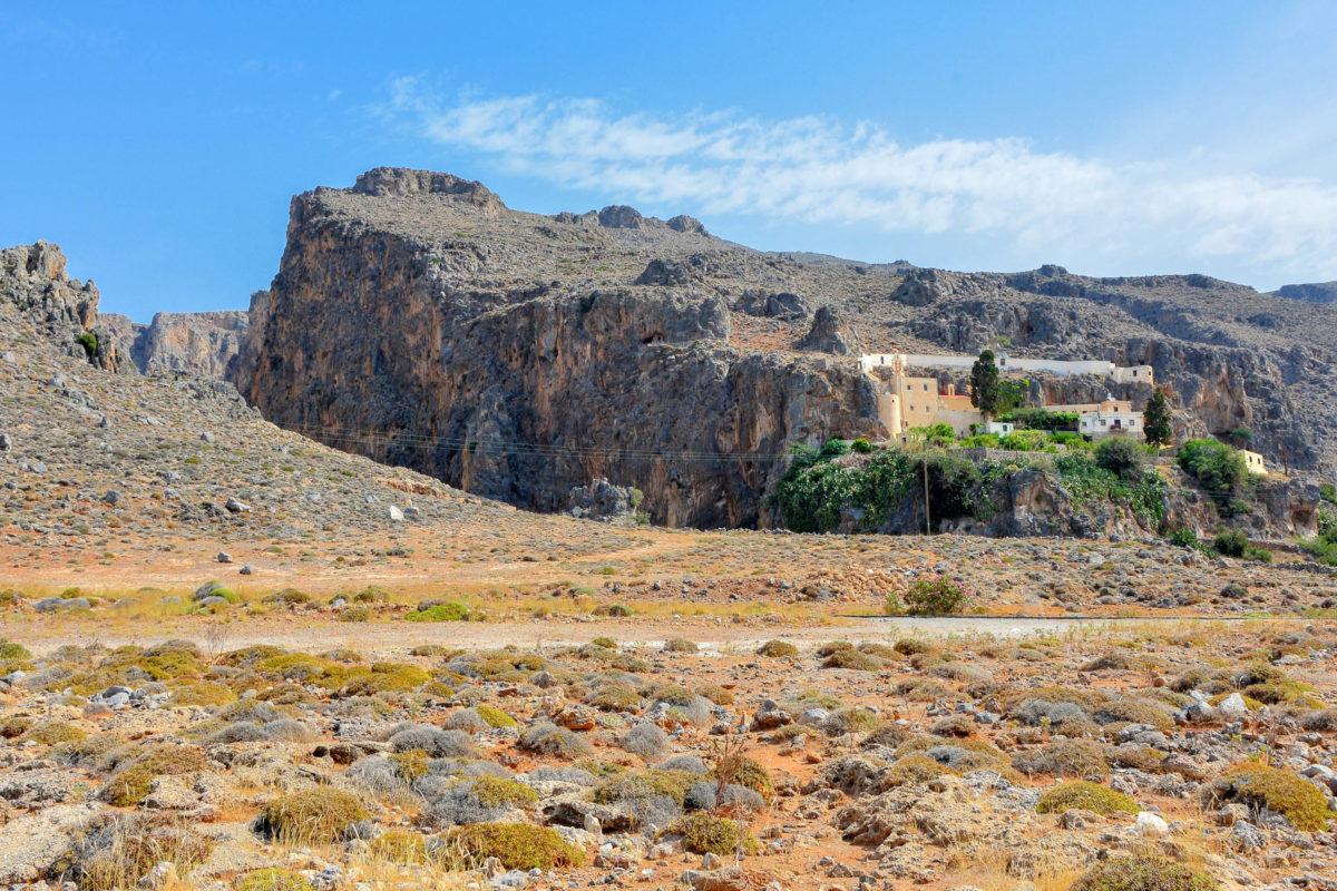 Wie ein Schwalbennest klebt das Kloster Kapsa im Südosten von Kreta, Griechenland, an einem eindrucksvollen Felsen - © FRASHO / franks-travelbox