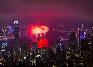 Hongkong begrüßt das Chinesische Neue Jahr mit einem spektakulären Feuerwerk in der Victoria Bay - © coloursinmylife / Shutterstock