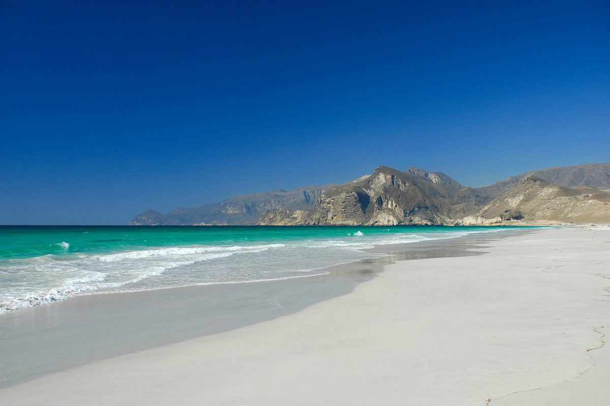 Schatten ist am Strand von Mughsayl im südlichen Oman nur spärlich vorhanden, also Achtung vor zu viel Sonne - © Marcin Szymczak / Shutterstock