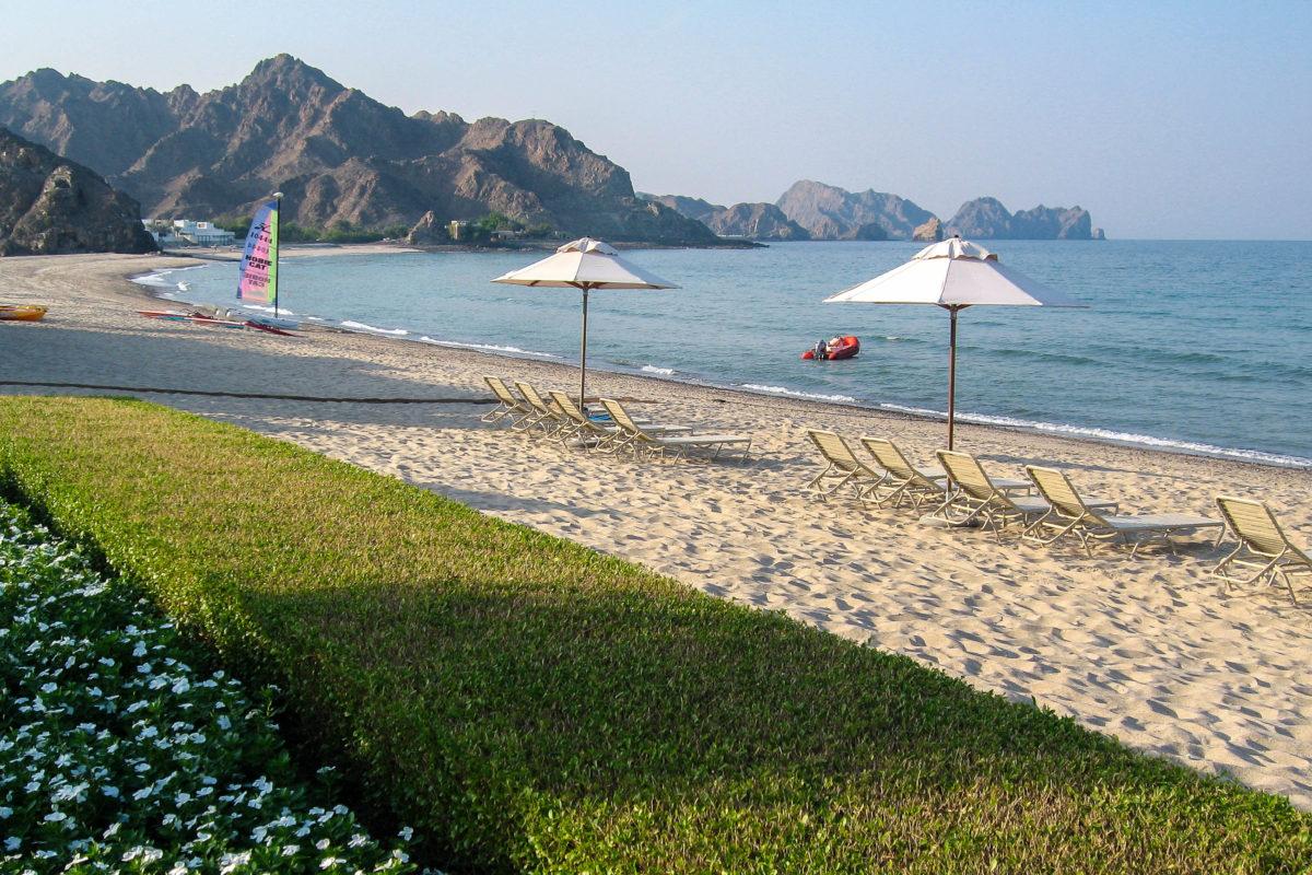 Der einen Kilometer lange Strand an dem das Al Bustan Hotel liegt ist nie überfüllt. Oman - © FRASHO / franks-travelbox