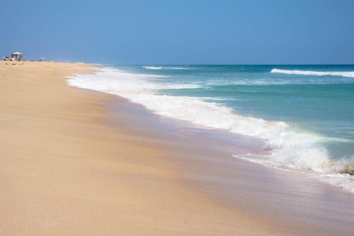 Sandstrand südlich der Hafenstadt Sur - hier sollte man unbedingt einen kleinen Badestop einlegen, Oman - © FRASHO / franks-travelbox
