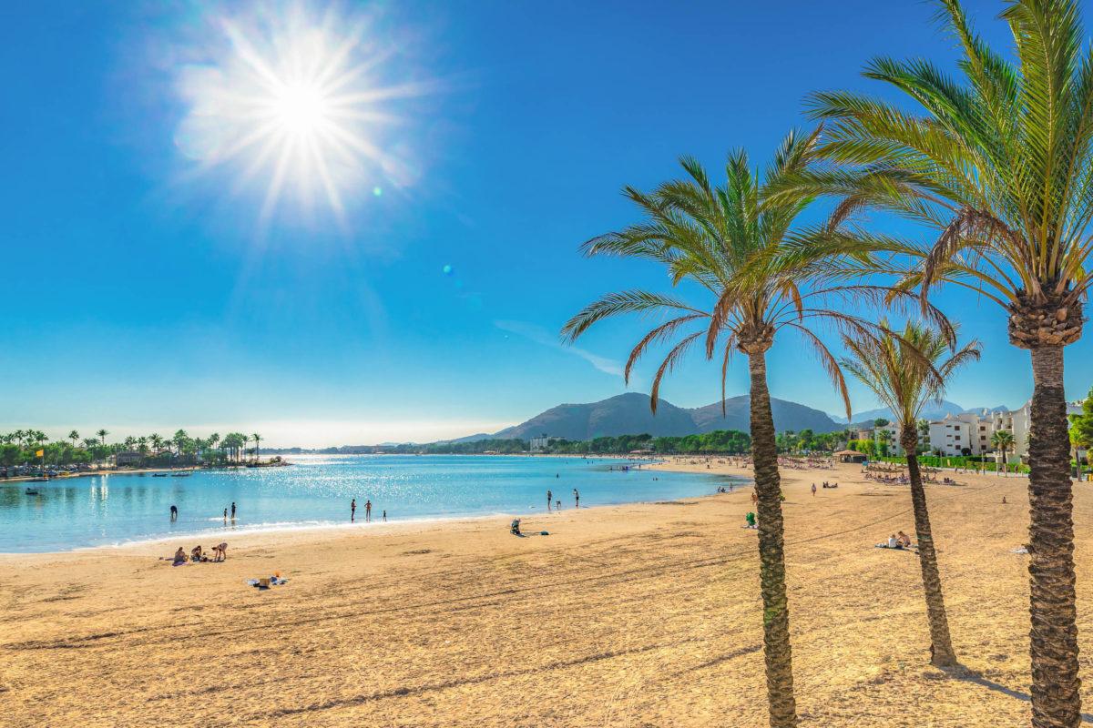So manch Reiselustiger trauert den vielen Sonnenstunden des Sommers schon im Herbst hinterher - © vulcanus - stock.adobe.com