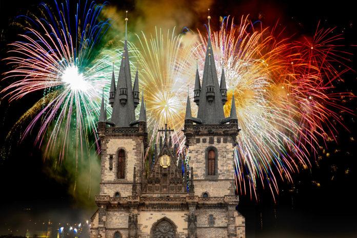 Die imposanten Türme der Teynkirche vor dem Silvester-Feuerwerk am Altstädter Ring im Zentrum von Prag, Tschechien - © Robert Ivaysyuk / Shutterstock