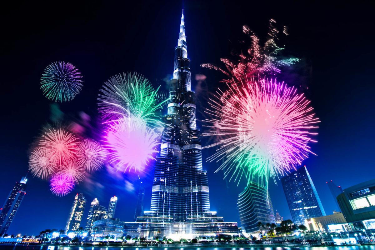 Am Silvesterabend umrahmt ein spektakuläres Feuerwerk am Burj Dubai das mit 828m höchste Gebäude der Welt, VAE - © SurangaSL / Shutterstock