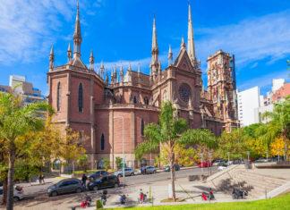 Die markante Iglesia del Sagrado Corazon gilt mit ihrem außergewöhnlichen Dekor als bunteste Kirche von Cordoba, Argentinien - © aiko3p / Shutterstock