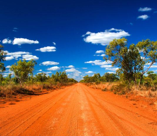 Roter Staub, flirrende Hitze und das Fehlen jeglicher Zivilisation sind charakteristisch für das australische Outback - © Ralph Loesche / Shutterstock