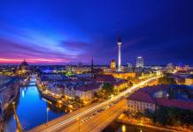 Der Berliner Fernsehturm erhebt sich unübersehbar auf dem Alexanderplatz im Zentrum der deutschen Hauptstadt - © BerlinPictures / Shutterstock
