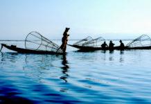 Fischer mit ihren Booten, Malaysia - © Alena Yakusheva / Fotolia