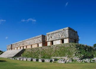 Das Taubenhaus ist etwa 65 Meter lang und 20 Meter breit und sieht durch die vielen Fensteröffnungen tatsächlich wie ein Taubenschlag aus, Uxmal, Mexiko - © Sakko / Fotolia