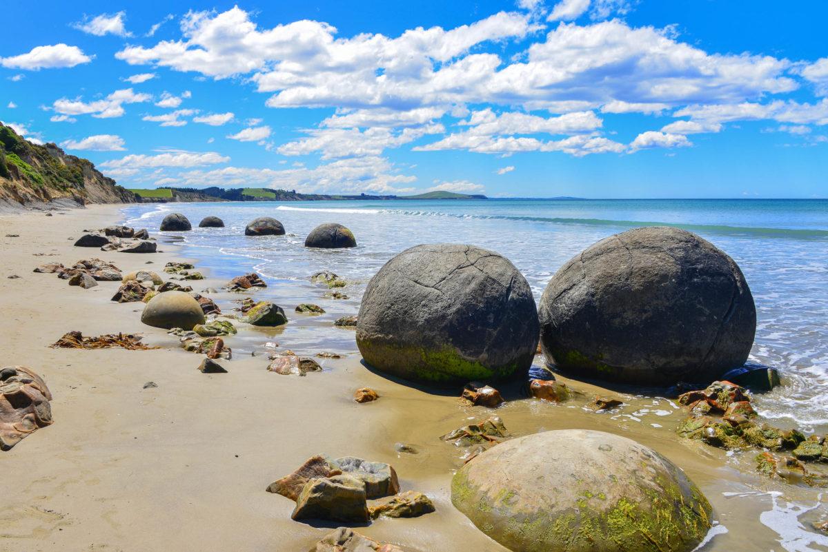 Die faszinierenden Moeraki Boulders auf der Südinsel von Neuseeland entstanden zu Zeiten der Dinosaurier und sind bis heute weltweit nahezu einzigartig - © FRASHO / franks-travelbox