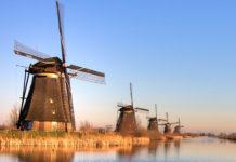 """Die majestätischen Windmühlen im Örtchen Kinderdijk (""""Kinderdeich""""), 15km südöstlich von Rotterdam zählen seit 1997 zum UNESCO Weltkulturerbe, Niederlande - © Wallace / Fotolia"""