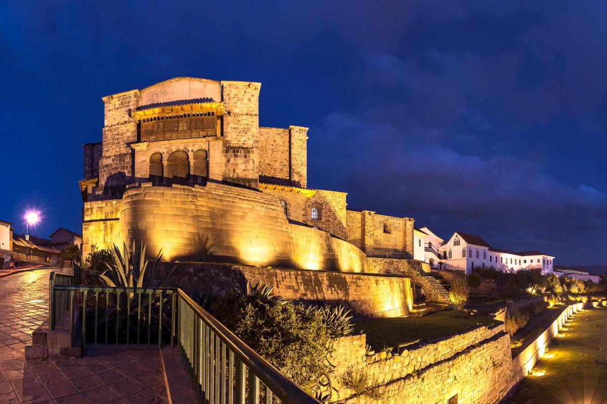 Der Tempel Coricancha in Cusco bei Nacht, er war die allerheiligste Stätte der Inka und laut Überlieferungen mit purem Gold und Silber ausgeschlagen, Peru - © Christian Vinces / Shutterstock