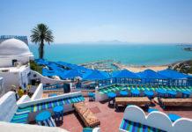 Vom Café in Sidi Bou Saïd hat man einen traumhaften Ausblick auf das Mittelmeer, Tunesien - © Bojan Pavlukovic / Shutterstock