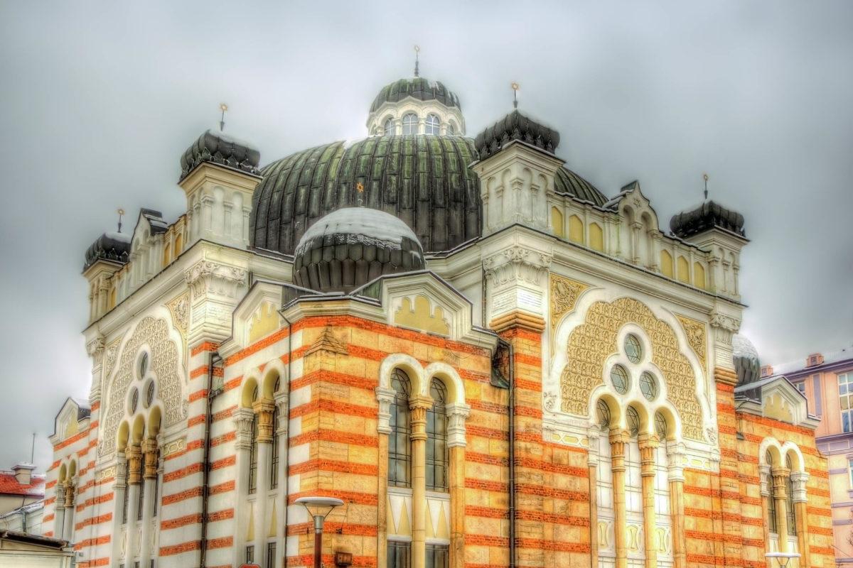 Als viertgrößte Synagoge Europas mit dem größten Luster Bulgariens darf das eindrucksvolle jüdische Gebetshaus bei keiner Sightseeing-Tour durch Sofia fehlen - © Leonid Andronov / Shutterstock