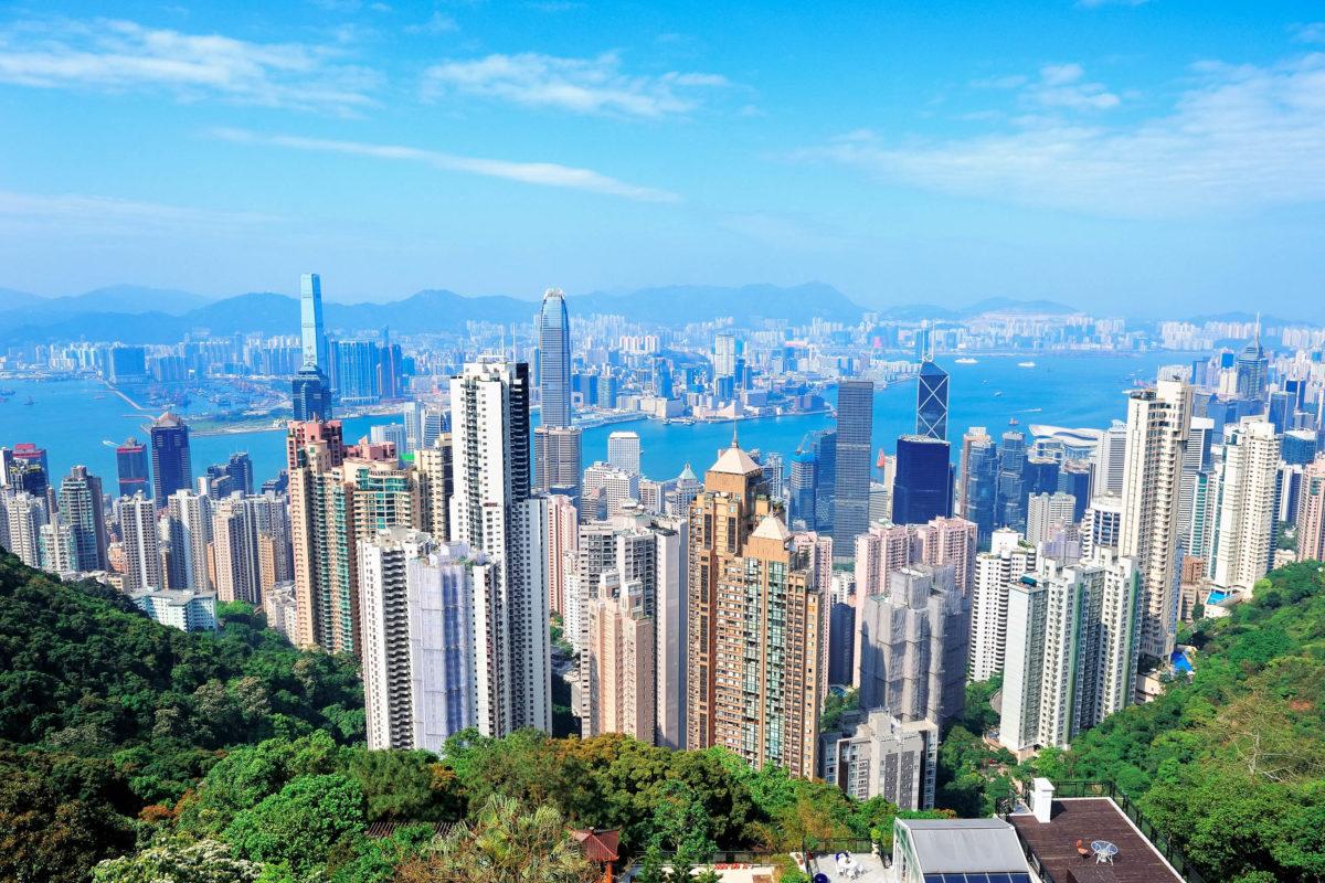 Die Skyline der Stadt Hongkong bei blauem Himmel - © rabbit75_fot / Fotolia