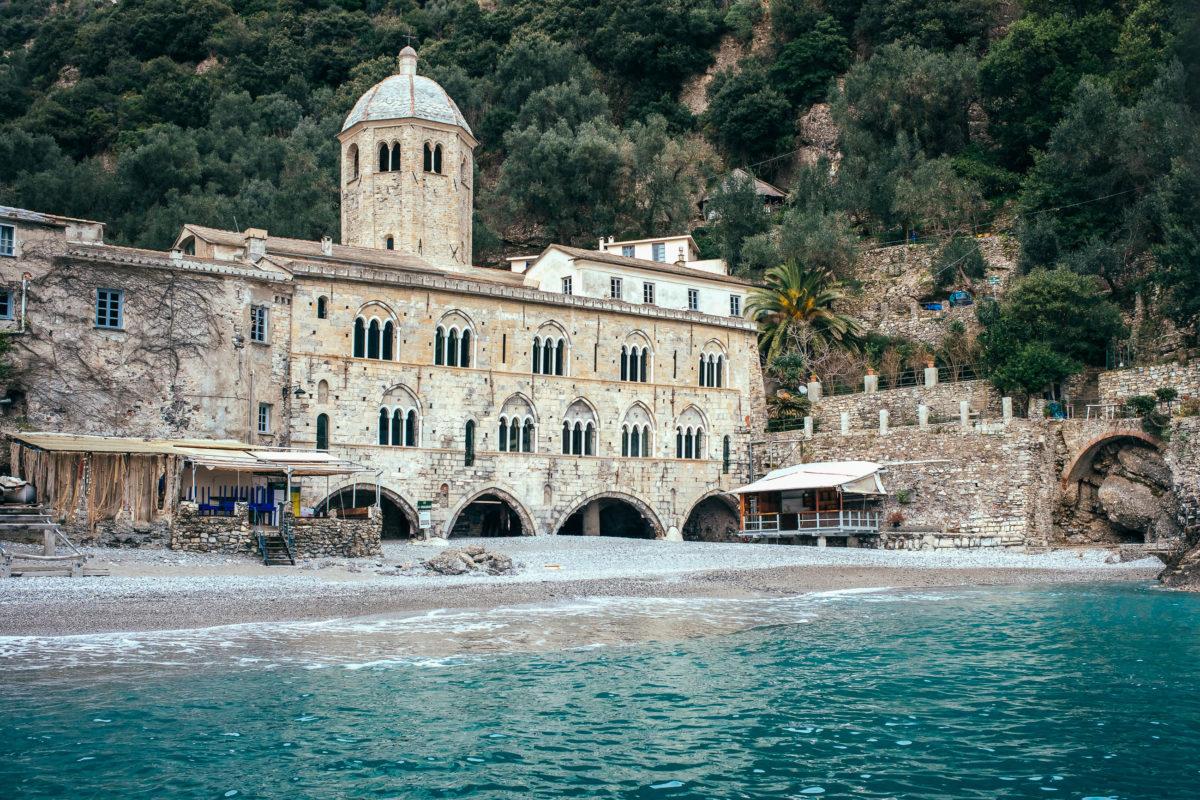Das Benediktinerkloster San Fruttuoso aus dem Jahr 1200 ist ausschließlich über das Meer oder über Wanderwege errecihbar, Italien - © Gregory Lee / stock.adobe.com