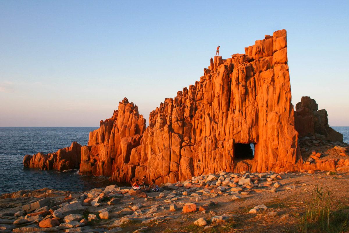 Die roten Felsen von Arbatax auf Sardinien an der Ogliastraküste sind in den Sommermonaten ein beliebtes Ausflugsziel, Italien - © JLO_FOTO / stock.adobe.com