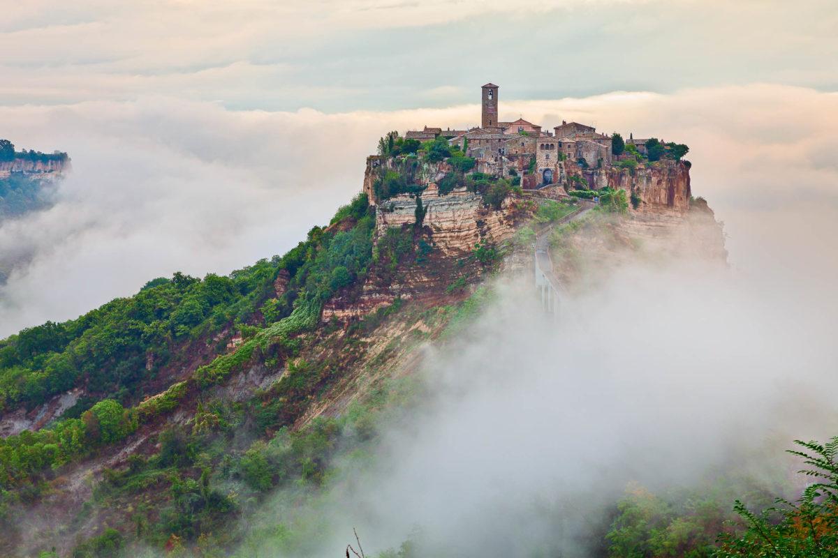 """Umgeben von Vulkanseen und lediglich über eine nicht befahrbare Brücke erreichbar liegt Civita di Bagnoregio """"die sterbende Stadt"""", Italien - © ermess / stock.adobe.com"""