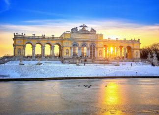 Winterlicher Sonnenuntergang mit der Gloriette im Wiener Schloßpark Schönbrunn als fantastische Kulisse, Österreich - © S.Borisov / Shutterstock