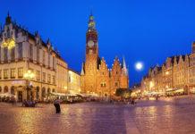 An der nordwestlichen Ecke des Marktplatzes in Wroclaw befinden sich der gotische Backsteinturm der Elisabethkirche und zwei winzige Häuser der Altaristen, die die Messe lasen, Polen - © Patryk Michalski / Shutterstock