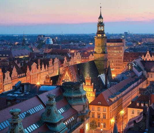 Wunderschöner Blick von hoch oben über den abendlichen Marktplatz in Wroclaw (Breslau) in Polen - © Patryk Michalski / Shutterstock