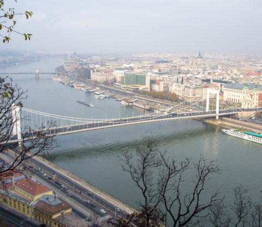 Die schneeweiße Elisabethbrücke gilt heute als Symbol des gelungenen Wiederaufbaus von Budapest nach dem Zweiten Weltkrieg, Ungarn - © James Camel / franks-travelbox