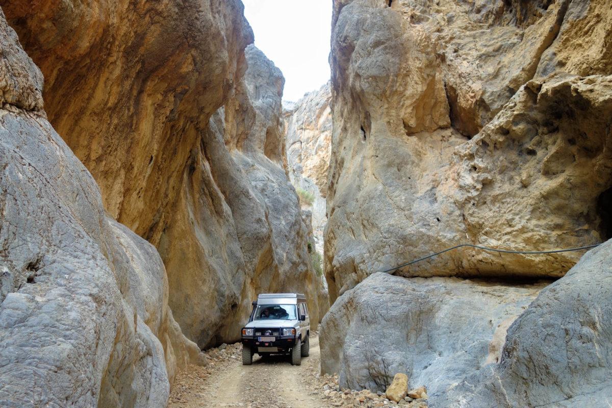 Am engsten Punkt der Tripiti-Schlucht im Süden Kretas stehen die Wände so eng beieinander, dass ein Auto gerade noch durchfahren kann, Griechenland - © FRASHO / franks-travelbox