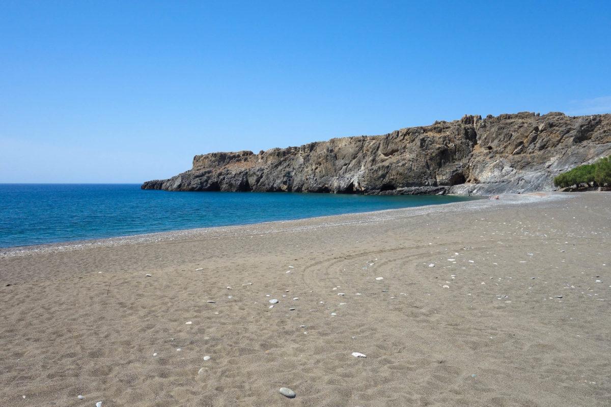 Der von Tamarisken gesäumte Strand von Tripiti besteht wie die meisten Strände von Kreta aus kleinen Kieselsteinen, Griechenland - © FRASHO / franks-travelbox