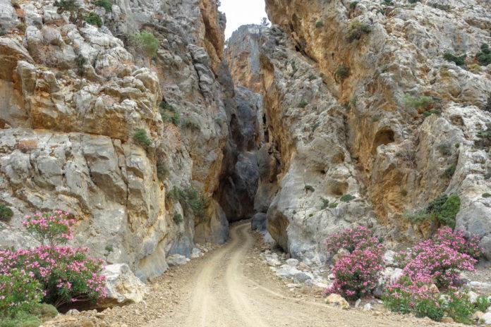 Die Tripiti-Schlucht an der Südküste von Kreta, Griechenland, kann komplett mit dem Allrad-Fahrzeug durchfahren werden - © FRASHO / franks-travelbox