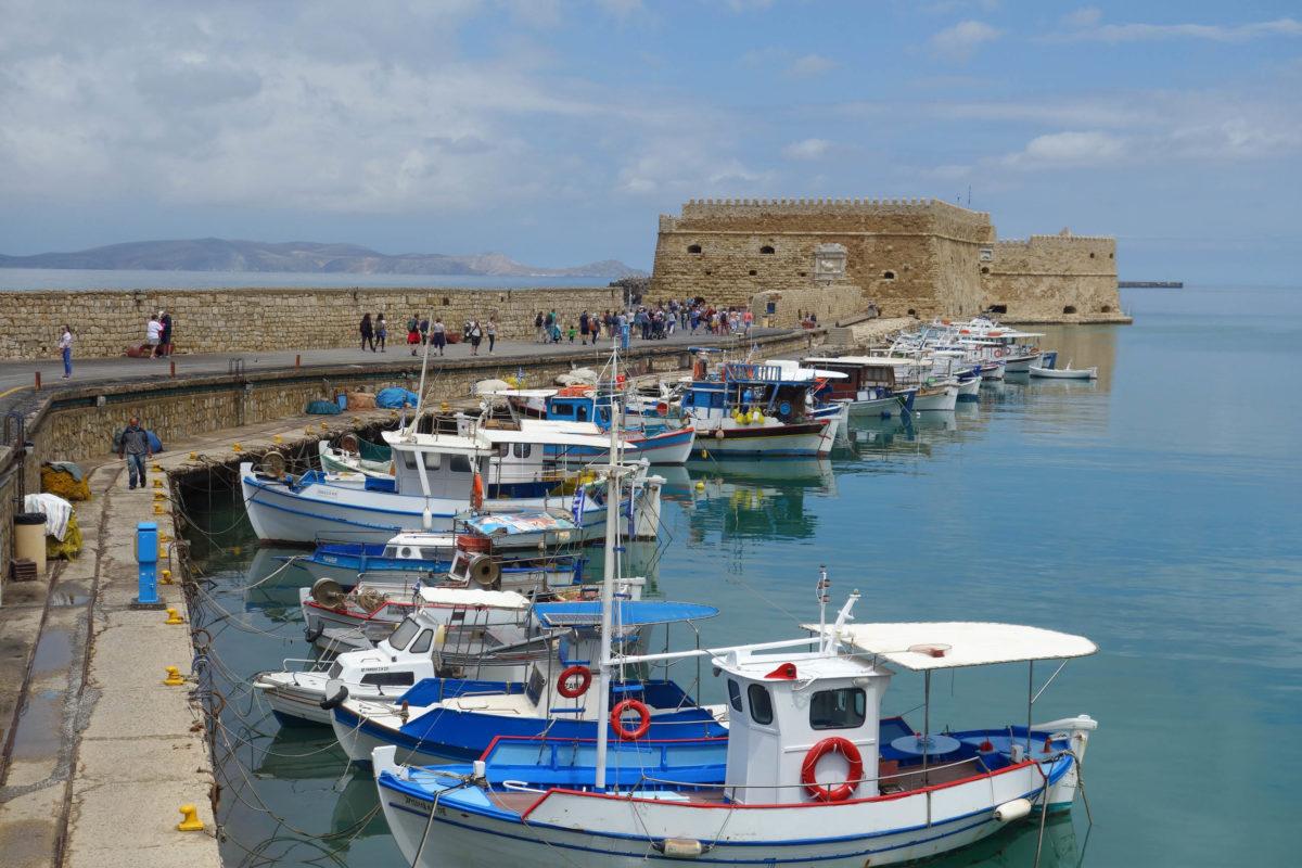 Der historische Hafen von Heraklion auf Kreta, Griechenland, wurde gemeinsam mit der mächtigen Festung Koules von den Venezianern angelegt - © FRASHO / franks-travelbox