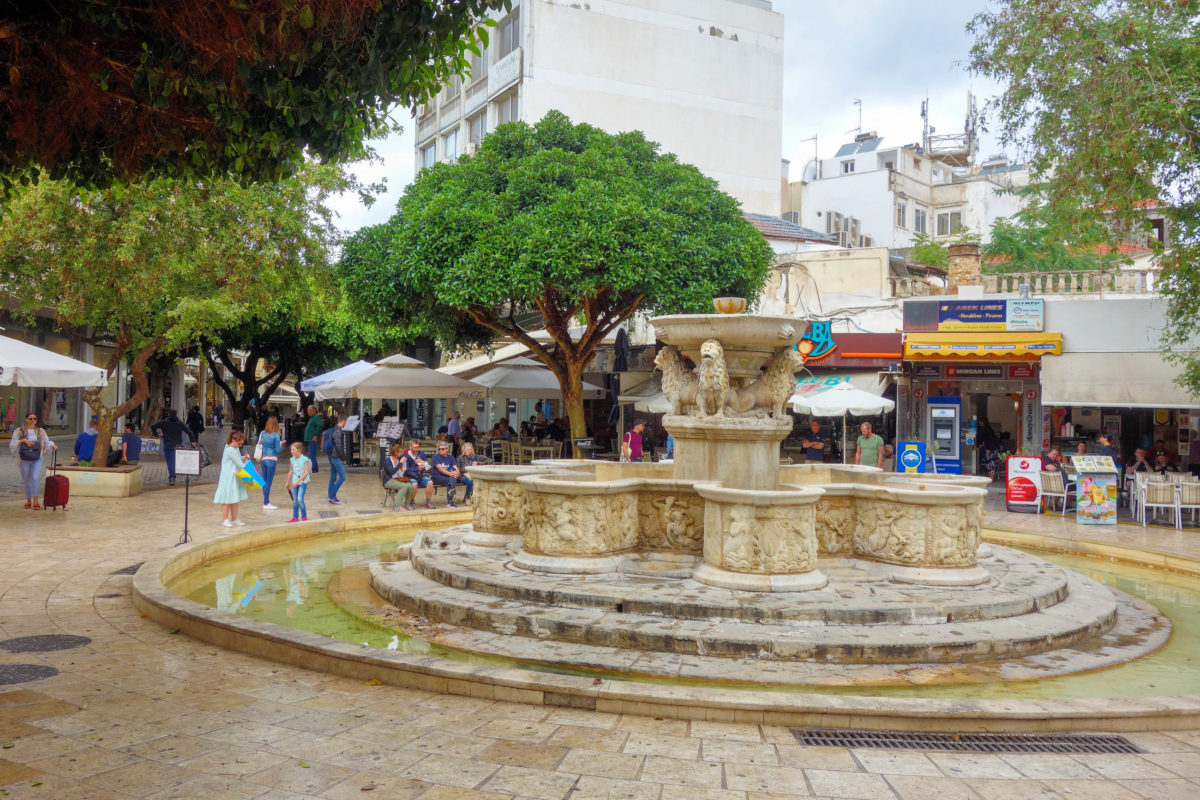 Der Morosini- oder Löwenbrunnen gilt als inoffizielles Zentrum in der Altstadt von Heraklion auf Kreta, Griechenland - © FRASHO / franks-travelbox