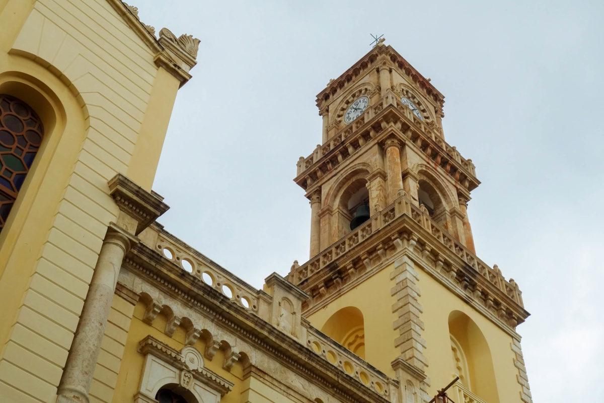 Die beiden Glockentürme und die Kuppel der Agias Minas Kathedrale in Heraklion auf Kreta, Griechenland, ragen gigantische 32 Meter in den Himmel - © FRASHO / franks-travelbox