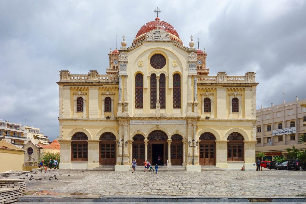 Die Minas-Kathedrale in Heraklion auf Kreta zählt zu den größten Kathedralen Griechenlands und beeindruckt durch ihre imposante Innenausstattung - © FRASHO / franks-travelbox