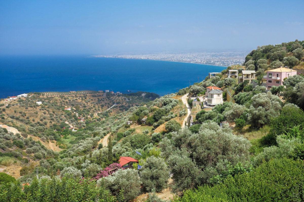 Wenn sich die Straße langsam zum Meer neigt, fällt der Blick über das vergleichsweise gigantische Häusermeer von Heraklion, der Hauptstadt Kretas, Griechenland - © FRASHO / franks-travelbox
