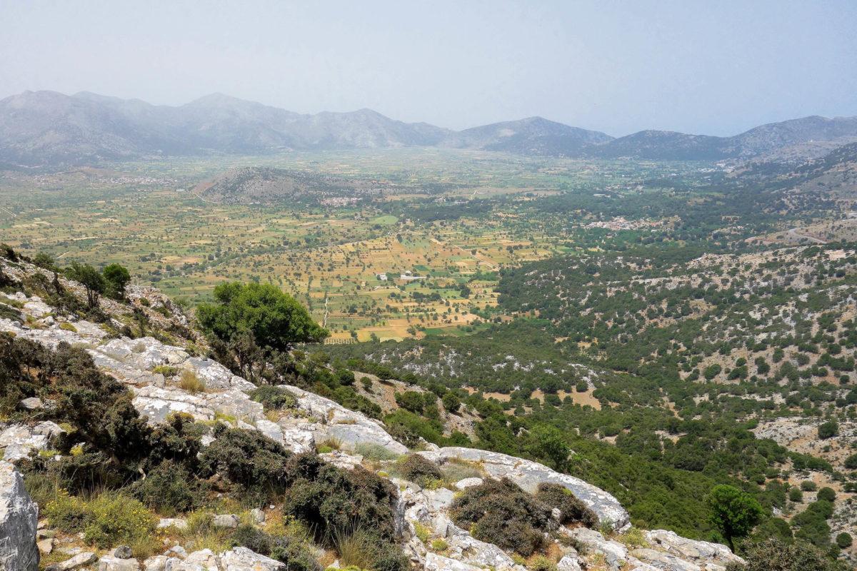 Von den Passhöhen tut sich ein atemberaubender Blick über die von Gipfeln umrahmte Lassithi-Hochebene im Herzen von Kreta auf, Griechenland - © FRASHO / franks-travelbox
