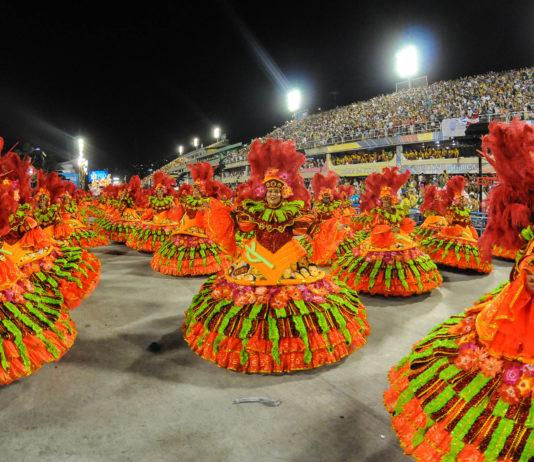 Auftritt einer der zahlreichen Sambaschulen im Sambodromo, Karneval in Rio de Janeiro, Brasilien - © ANDRE DURAO / Shutterstock