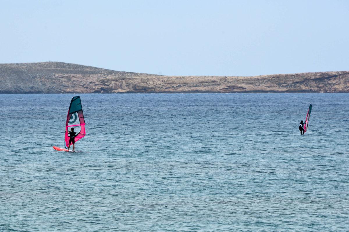 Am Strand von Kouremenos auf Kreta, Griechenland, tanzen jeden Tag die farbenfrohen Segel der Wind- und Kitesurfer über das flache Wasser - © FRASHO / franks-travelbox