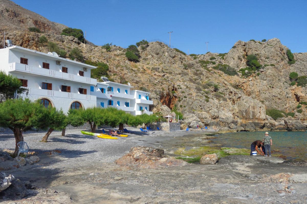 Die wenigen Tavernen am Lykos Beach im südlichen Kreta, Griechenland, vermieten einige wenige Zimmer in völliger Abgeschiedenheit - © FRASHO / franks-travelbox