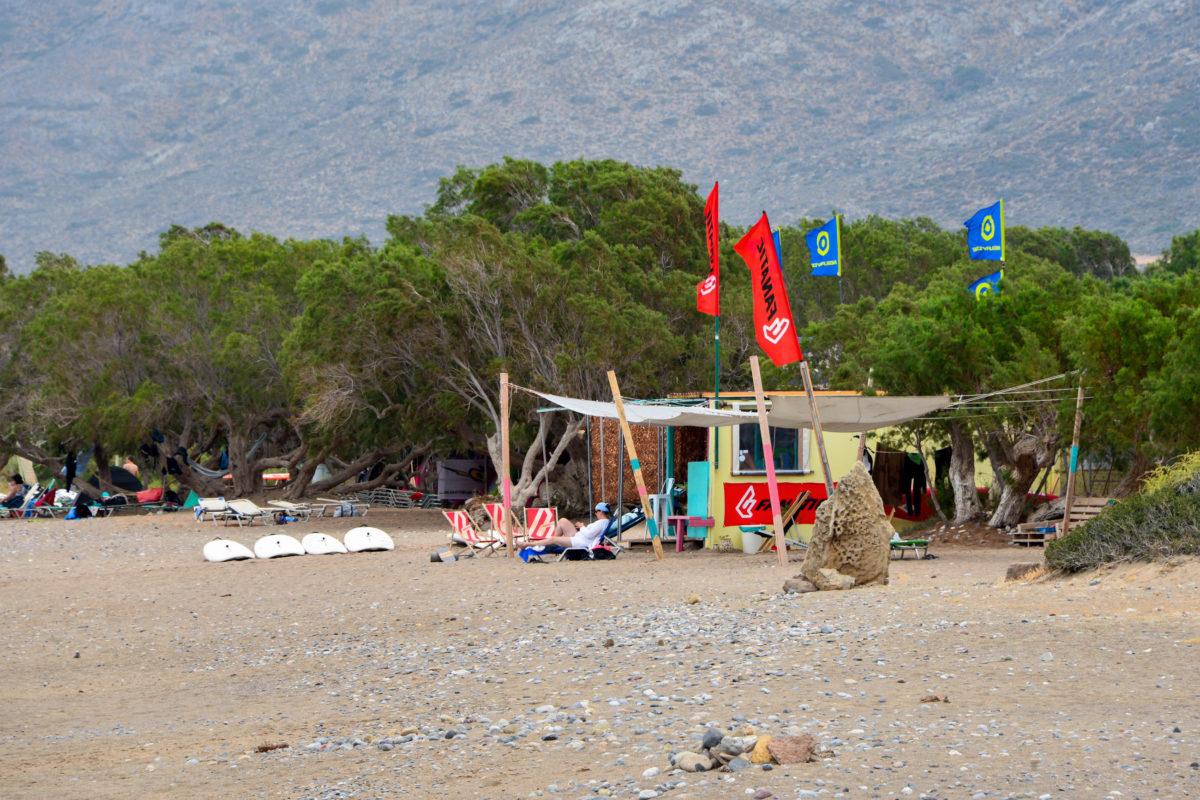 Direkt am Kouremenos Strand auf Kreta, Griechenland, vermietet eine kleine Windsurf-Schule Surfbretter und weitere Ausrüstung - © FRASHO / franks-travelbox