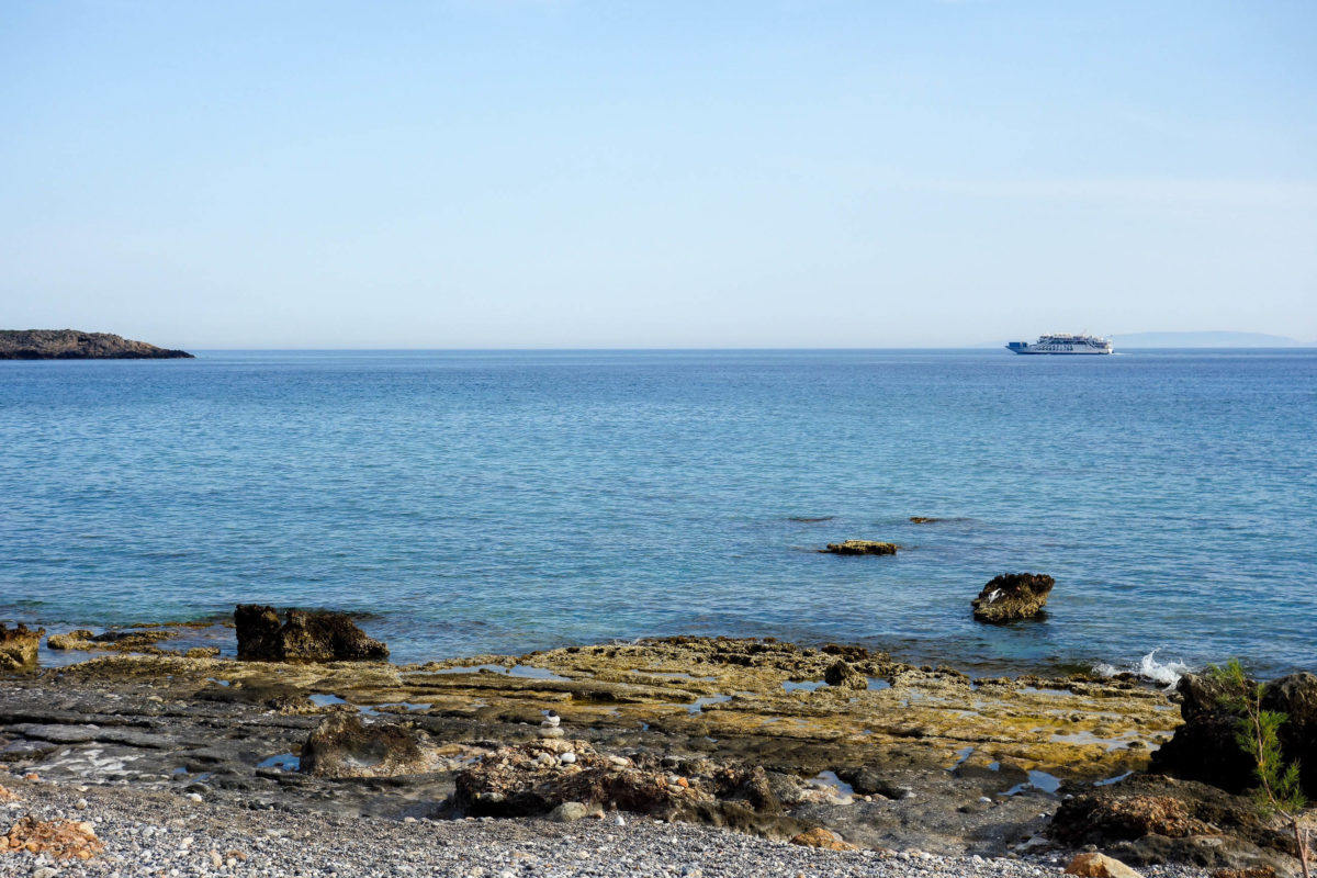 Hin und wieder zieht auf Kreta, Griechenland, die Fähre zwischen Agia Roumeli und Chora Sfakion am Strand von Lykos vorbei - © FRASHO / franks-travelbox