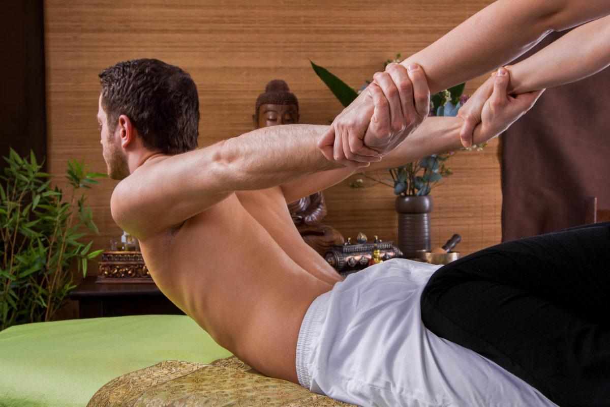 Erholung kann auch schmerzhaft sein – Nach einer ordentlichen Massage einer Phanganerin oder eines Phanganers fühlt man sich aber erst so richtig erneuert, Thailand - © Jeanette Dietl / stock.adobe.com