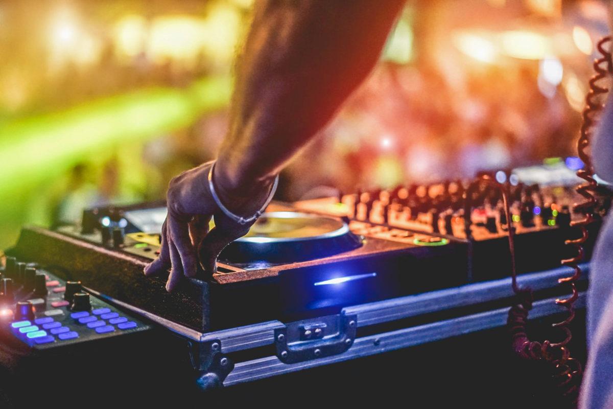 Professionelle und internationale DJs sind bei den Full Moon Partys am Hat Rin auf der Insel Koh Pha-ngan inzwischen keine Seltenheit mehr, Thailand - © DisobeyArt / stock.adobe.com