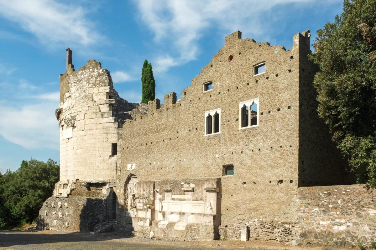 Die Tomba di Cecilia Metella an der Via Appia ist auch heute noch imposant, Rom, Italien - © CLAUDIO / stock.adobe.com