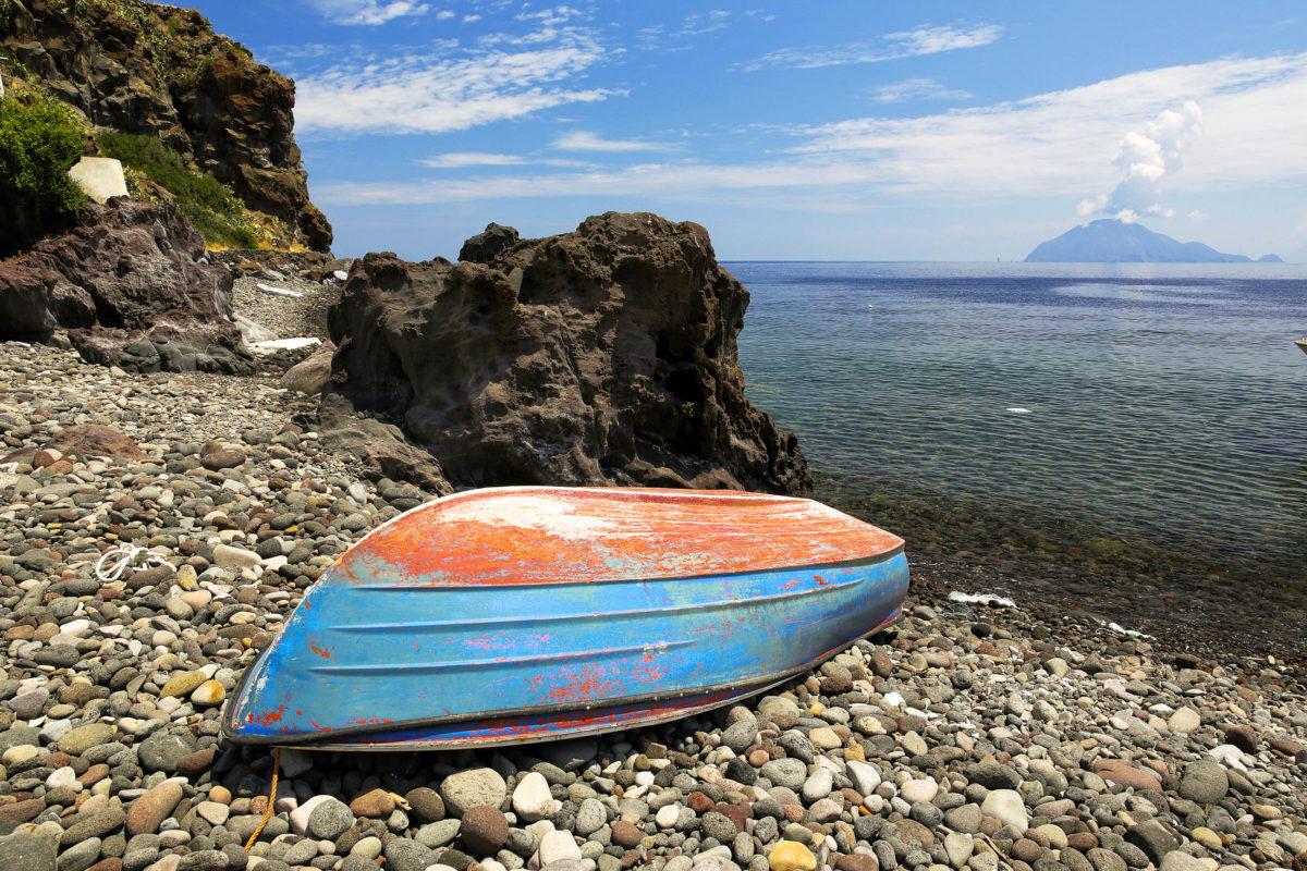 Die Insel Alicudi ist bei Wanderern vor allem aufgrund ihrer Naturbelassenheit beliebt, denn Straßen gibt es hier noch keine, Italien - © Peter Engelke / stock.adobe.com