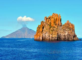 Bei den Liparischen Inseln handelt es sich um ein Archipel der Vulkane, welches im Mittelmeer nur unweit vor der italienischen Küste liegt - © maudanros / stock.adobe.com