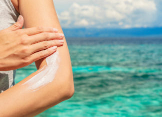 Die UV-Strahlung und das Risiko auf Sonnenbrand und schlimmstenfalls sogar Hautkrebs ist nur eine der offensichtlichen Gefahren auf Reisen. - © Aidman / stock.adobe.com