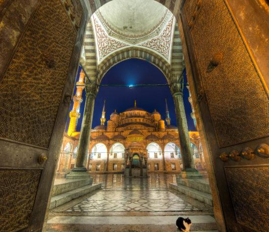 Blick durch das Eingangsportal in den traumhaft verzierten Innenhof der Sultan Ahmed Moschee in Istanbul, Türkei - © Evgeny Shmulev / Shutterstock