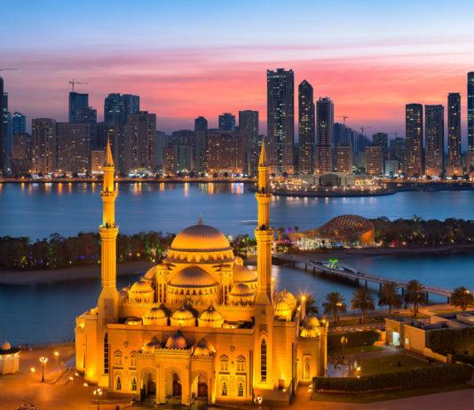 Die an-Nur Moschee in Sharjah, VAE, liegt an der Majaz-Waterfront, der östlichen Uferpromenade der Al-Khaleed-Lagune - © zohaib anjum / Shutterstock